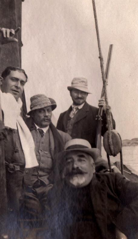 Des images historiques du public assistant à la fête nautique